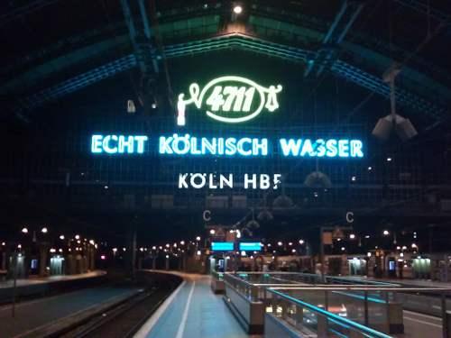 Große Werbeleuchtreklame von 4711 im Inneren des Bahnsteiggeländes im Kölner Hauptbahnhof.