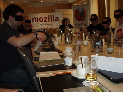 Foto einiger Teilnehmer im Konferenzraum am Beginn des Treffens