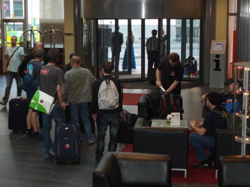 Die Leute beim Auschecken im Foyer des Hotels
