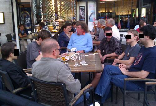 Leute im Café vor dem Kölner Hauptbahnhof