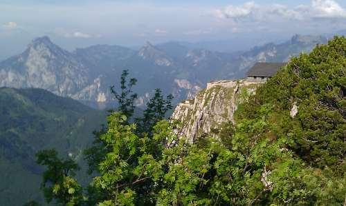 Blick auf den Traunstein, Hütte nahe am Abgrund