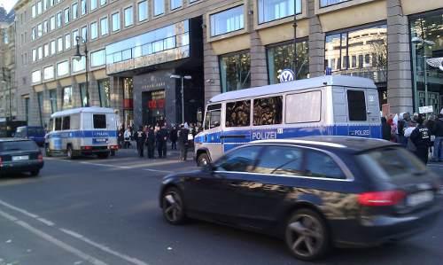 Demonstration auf der Straße Unter den Linden mit Polizeibegleitung