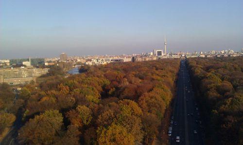 Blick auf den Park in Richtung Brandenburger Tor, Regierungsviertel und Fernsehturm