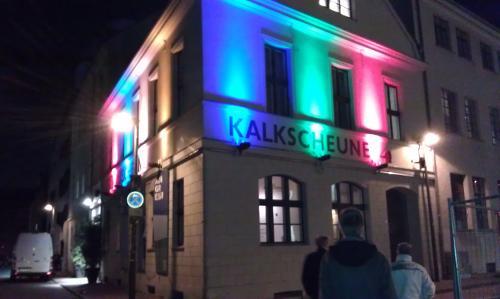 Foto von der Außenfassade der Kalkscheune am Freitagabend