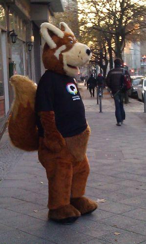 Firefox-Maskottchen vor der Tür des Hotels Samstag in der Früh