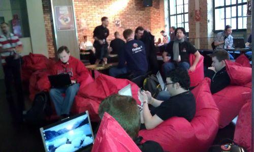 Die selben Polstersitze wie am Vorabend, Leute mit Laptop oder Smartphone darin sitzend und arbeitend