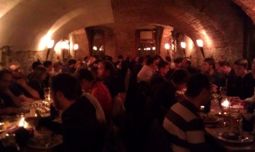 Kellergeschoss des Restaurants, vollgestopft mit Mozillianern